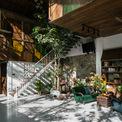 """<p class=""""Normal""""> Ngôi nhà trở nên thú vị với 'dòng chảy' của thiên nhiên và ánh sáng mặt trời chiếu qua. Nhìn qua, phòng khách là một khu vườn lớn, có thêm một góc của không gian thờ cúng, nơi ánh sáng mặt trời chiếu qua các tấm kính nhiều màu sắc, tạo cảm giác thanh thản.</p>"""