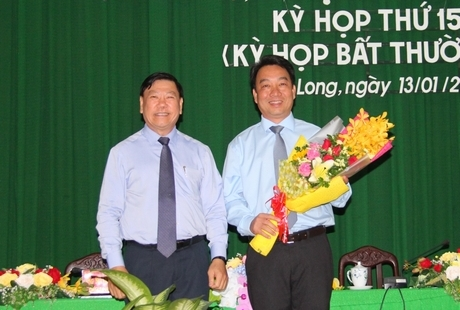 Bí thư Tỉnh ủy Vĩnh Long Trần Văn Rón chúc mừng ông Lữ Quang Ngời (ôm hoa)