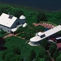 <p> Spielberg còn sở hữu nhiều bất động sản ở thành phố New York, Mỹ, điển hình là căn biệt thự nghỉ dưỡng ở khu Hamptons, nơi từng tiếp đón vợ chồng cựu tổng thống Mỹ Bill Clinton vào cuối những năm 1990. Ảnh: <em>Getty.</em></p>