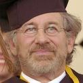<p> Với khối tài sản trị giá 3,6 tỷ USD, Steven Spielberg là một trong những người giàu nhất Hollywood. Mãi đến năm 2002, ông mới nhận bằng cử nhân chuyên ngành Sản xuất phim và Nghệ thuật điện tử ở tuổi 55 sau khi bỏ học nhiều lần. Ảnh: <em>AP.</em></p>