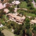 <p> Ông và vợ hiện sống ở một ngôi nhà cổ điển ở khu Pacific Palisades, thành phố Los Angeles (California, Mỹ) mà họ mua vào cuối những năm 1990. Ảnh: <em>Getty.</em></p>