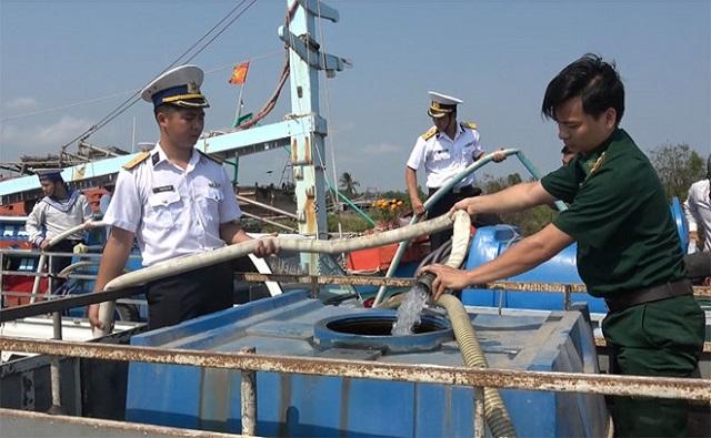 Lực lượng hải quân giúp đưa nước ngọt cho dân Bến Tre trong mùa hạn mặn