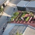 """<p> Căn nhà có """"mái xanh"""" trên nền thạch cao đỏ được công ty kiến trúc thiết kế cho một gia đình ở Quảng Ngãi. Ngôi nhà có một cặp vợ chồng trung niên sinh sống sau nhiều thập kỷ làm việc ở những thành phố nhộn nhịp, phát triển bậc nhất Việt Nam.</p>"""