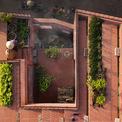 <p> Bên ngoài căn nhà được phủ bằng tường thạch cao màu đỏ, mái nhà cũng vậy. Chủ nhân trồng rau trên chính phần diện tích mái để tự cung cấp cho nhu cầu của gia đình cũng như phân phối cho người dân xung quanh.</p>