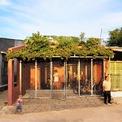 <p> Nhìn từ bên ngoài, ngôi nhà không có nhiều khác biệt về thiết kế so với xung quanh. Khoảng sân nhỏ trước cửa nhà dùng để sửa chữa xe đạp, được che chở bởi hệ thống cổng lưới thoáng đãng.</p>