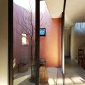 <p> Ngôi nhà được chia làm nhiều không gian sinh hoạt khác nhau, trong đó khu giữa là nhà bếp và nhà ăn, có khoảng sân nhỏ.</p>
