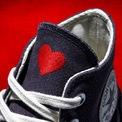 <p> Một trái tim nhỏ trên giày converse thêm nhắc nhớ bạn đến niềm hạnh phúc được là chính mình, học cách yêu và trân trọng bản thân trước hết.</p>