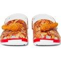 <p> Sản phẩm mang thiết kế quen thuộc của Crocs nhưng được phủ diện mạo hấp dẫn như vừa bước ra từ bếp KFC.</p> <p> Phần viền mang sắc trắng và đỏ, hai tông màu nhận diện thương hiệu của KFC.</p>