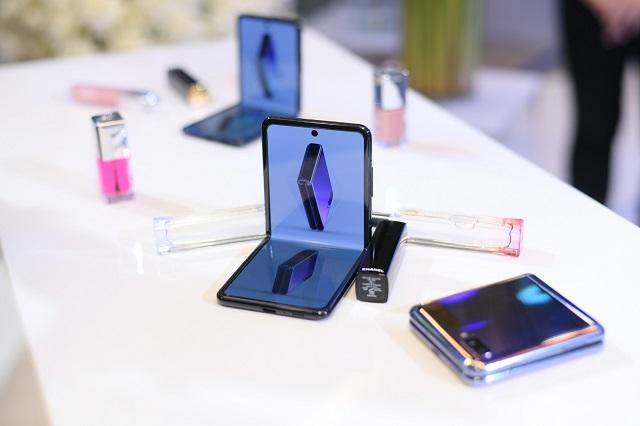 Samsung Galaxy Z Flip hết hàng sau 8 tiếng ra mắt tại Việt Nam.