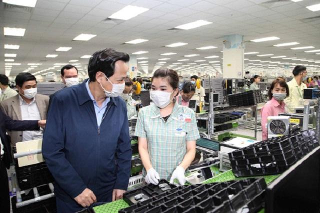 Báo cáo với Bộ trưởng Đào Ngọc Dung, lãnh đạo Công ty Samsung Việt Nam cho biết ngay sau Tết Nguyên đán, số người lao động của công ty này trở lại làm việc đạt trên 98%.