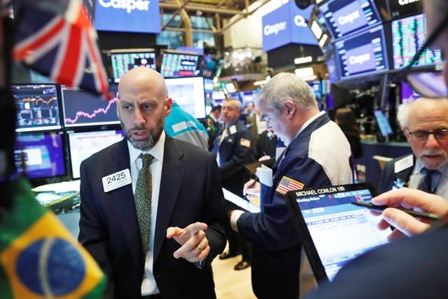 Nhân viên môi giới tại sàn NYSE ngày 6/2. Ảnh: Reuters.