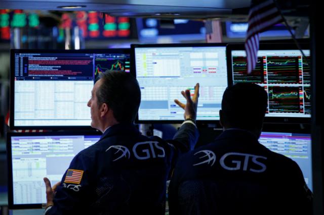 Nhân viên môi giới tại sàn NYSE. Ảnh: Reuters.