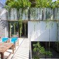 """<p> Một khoảng không gian khác của ngôi nhà, nơi có thể ngồi phơi nắng, uống trà và cầu thang dẫn lên sân thượng. Từ nơi này có thể nhìn thấy một phần thiết kế của ngôi nhà trên tầng 2 với 4 """"hộp chữ nhật"""", trong đó có 3 phòng ngủ nhỏ và một phòng sinh hoạt lớn.</p>"""