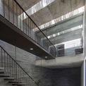 <p> Cầu thang được thiết kế khá đơn giản, ưu tiên các diện tích sử dụng trong nhà.Sàn bê tông của Thang House và những bức tường đá lộ ra tương phản với đồ nội thất làm từ gỗ tối màu.</p>