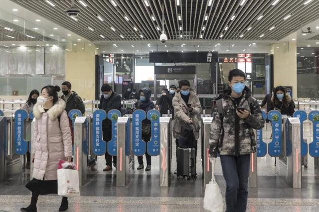 Người lao động Trung Quốc bắt đầu từ quê nhà trở lại nơi sinh sống và làm việc sau kỳ nghỉ tết. Ảnh: Star Online.