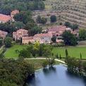 <p> Hai vợ chồng đầu tư khá nhiều tiền vào bất động sản. Họ mua một điền trang rộng hơn 485 ha để trồng nho và chế biến rượu ở Pháp vào năm 2008 với giá 67 triệu USD. Ảnh: <em>Getty</em>.</p>
