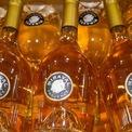 <p> Họ cũng cùng nhau sản xuất và xây dựng một thương hiệu rượu vang riêng có tiếng tăm trong giới điện ảnh toàn cầu. Ảnh: <em>Shutterstock</em>.</p>