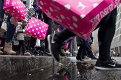 Sản phẩm của Victoria's Secret bị vứt ở bãi rác và góc khuất của ngành công nghiệp thời trang