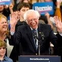 """<p class=""""Normal""""> Thượng nghị sĩ bang Vermont Bernie Sanders vừa giành chiến thắng trong cuộc bầu cử sơ bộ của Đảng Dân chủ tại bang New Hampshire, với tỷ lệ ủng hộ gần 26%. Trong khi đó, Thượng nghị sĩ bang Massachusetts, bà Elizabeth Warren, và cựu phó tổng thống Mỹ Joe Biden lần lượt giành được tỷ lệ ủng hộ là 9,3% và 8,4%.<br /><br /><span>Phát biểu trước người ủng hộ vào ngày 11/2, ông Sanders nói: """"Tôi xin nhân cơ hội này cám ơn người dân New Hampshire vì chiến thắng vĩ đại tối nay. Chiến thắng này là khởi đầu cho sự chấm dứt của (tổng thống) Donald Trump"""". Cùng ngày, các nguồn tin cho biết 2 ứng cử viên khác của đảng Dân chủ, là doanh nhân Andrew Yang và thượng nghị sĩ bang Colorado Michael Bennet, đồng loạt tuyên bố rút lui khỏi cuộc tranh cử. Ảnh: <em>Reuters</em>.</span></p>"""