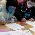 <p> Một cặp đôi tại Thượng Hải, Trung Quốc đeo khẩu trang và kính bảo hộ khi đi đăng ký kết hôn vào ngày 14/2. Ảnh: <em>Reuters</em>.</p>