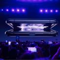 <p> Ngày 11/2, Samsung ra mắt điện thoại màn hình gập Galaxy Z-Flip. Đây là dòng điện thoại màn hình gập thứ hai của Samsung kể từ khi hãng tuyên bố trở lại thiết kế gập, nhưng đánh dấu bước tiến mới và táo bạo với Z-Flip có màn hình gập bằng kính có thể uốn cong. Khác với Galaxy Fold, thiết kế mới của Samsung được trang bị màn hình thước 6,7 inch, có thể gập lại gọn như hộp phấn và nằm gọn trong lòng bàn tay. Ảnh:<em>Bloomberg</em>.</p>