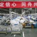 <p> Nhân viên nhà máy Hodo Group tại tỉnh Giang Tô, Trung Quốc, chuyển sang sản xuất quần áo bảo hộ để đáp ứng nhu cầu của ngành y tế trong chiến dịch ngăn dịch virus Covid-19 mặc dù trước đó, đây là dây chuyền sản xuất quần áo và đồ thể thao. Tính đến hết ngày 15/2, Trung Quốc đại lục ghi nhận thêm 2.008 ca nhiễm virus Covid-19, nâng tổng số người nhiễm trên thế giới lên 69.198, trong đó 1.669 người tử vong. Ảnh:<em>Reuters</em>.</p>