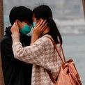 <p> Một cặp đôi ở Hong Kong thể hiện tình cảm trong ngày Valentine 14/2 nhưng vẫn không quên đeo khẩu trang vì lo ngại sự lây lan của virus Covid-19. Ảnh: <em>Reuters</em>.</p>