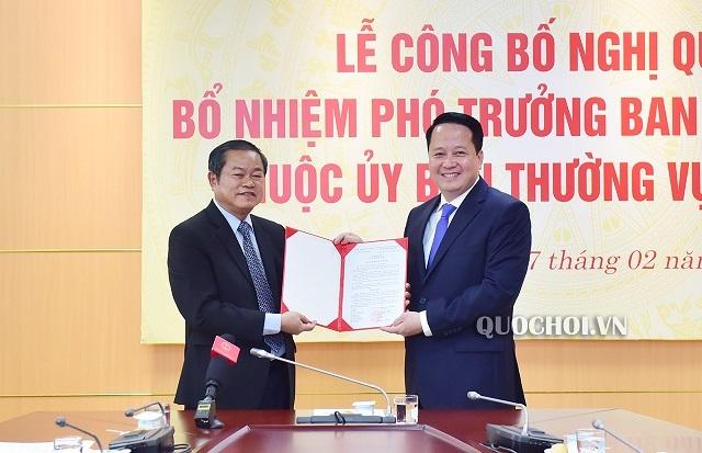Phó Chủ tịch Quốc hội Đỗ Bá Tỵ trao quyết định bổ nhiệm cho ông