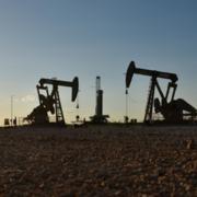 Giá dầu đi ngang, vàng tăng hơn 1% lên hơn 1.600 USD/ounce