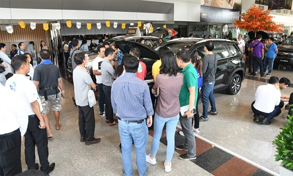 Xe Chevrolet giảm nửa giá, khách hàng đổ xô tới đại lý