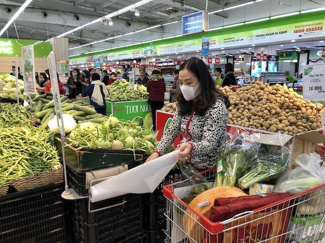 Người tiêu dùng mua thực phẩm tại siêu thị Big C Thăng Long.