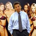 """<p class=""""Normal""""> Chiến lược của Wexner rất hiệu quả. Đầu những năm 1990, Victoria's Secret trở thành nhà bán lẻ nội y lớn nhất nước Mỹ, với 350 cửa hàng và doanh thu đạt 1 tỷ USD. Thương hiệu này tiếp tục phát triển những năm sau đó. Năm 1995, chương trình thời trang thường niên nổi tiếng của hãng ra đời.</p> <p class=""""Normal""""> Chương trình được dẫn dắt bởi Ed Razek (Giám đốc tiếp thị lâu năm của L Brands) và trở thành một trong những biểu tượng của Victoria's Secret. Razek và nhóm của ông chịu trách nhiệm chọn những người mẫu biểu diễn trong chương trình. Do đó, ông trở thành một trong những người quan trọng nhất trong thế giới người mẫu, mở ra cơ hội cho Gisele Bündchen, Tyra Banks và Heidi Klum. (Ảnh: <em>AP</em>)</p>"""