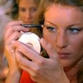 """<p> Năm 1999, show diễn của Victoria's Secret lần đầu được phát trên mạng. Tờ <em>Time</em> khi đó mô tả chương trình là """"khoảnh khắc đột phá trên Internet"""" của kỷ nguyên khi đạt 1,5 triệu lượt xem khiến trang web bị sập. Thời điểm đó, thương hiệu này cũng bắt đầu ra mắt các sản phẩm nổi tiếng và thành công nhất của mình, bao gồm Miracle Bra và Body by Victoria. Các chương trình thời trang của Victoria's Secret ngày càng trở nên xa xỉ hơn. Năm 2000, người mẫu Gisele Bündchen trình diễn bộ đồ lót """"Fantasy Bra"""" trị giá 15 triệu USD. (Ảnh: <em>AP</em>)</p>"""