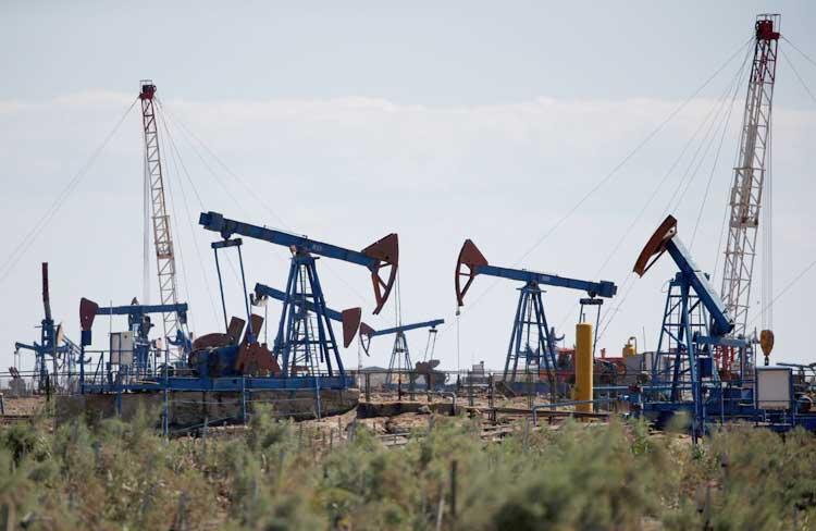 Giá dầu tăng, vàng lên cao nhất 7 năm vì lo ngại tốc độ lây lan của Covid-19