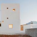 """<p> Được gọi là La Torre Bianca, hay Tháp Trắng, căn biệt thự này được xây dựng bởi kiến trúc sư<span style=""""color:rgb(0,0,0);"""">Lorenzo Grifantini tại Puglia (Italy)</span>nhằm giúp các thành viên trong gia đình tách xa cuộc sống hối hả ở London - nơi anh làm việc.</p>"""