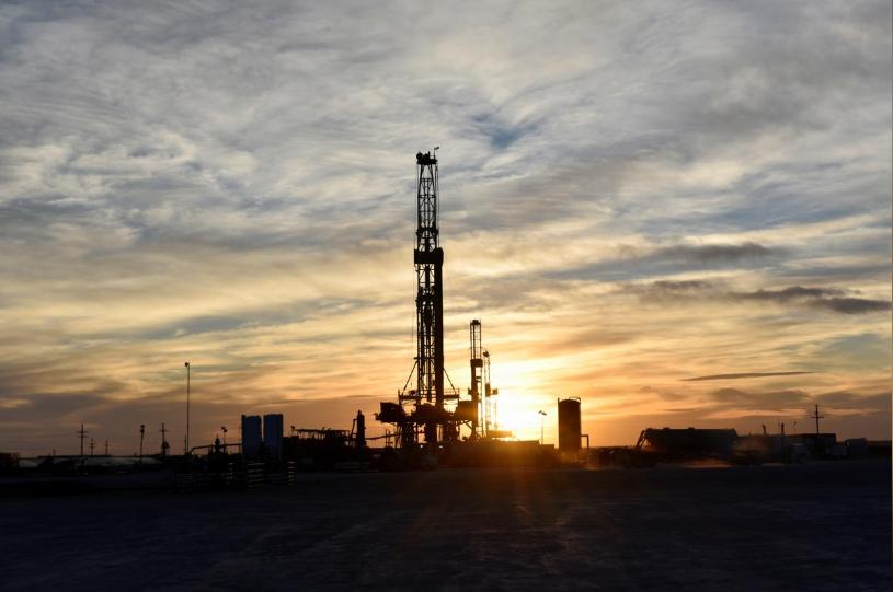 Dịch Covid-19 lan rộng, giá dầu giảm 1%, vàng lập đỉnh mới