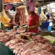 Giá lợn hơi giảm, bao giờ giá thịt giảm?