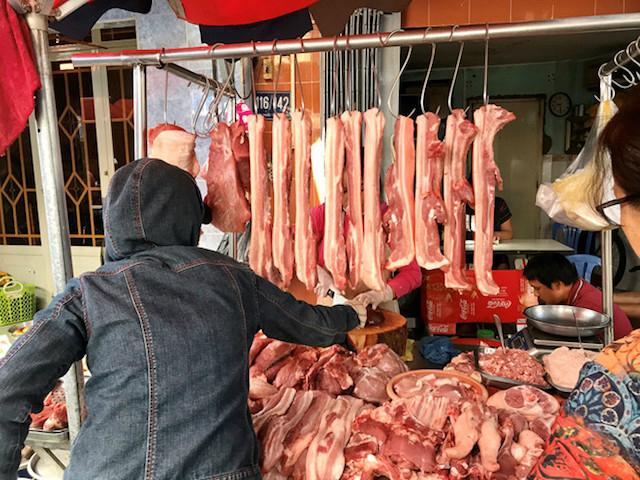Giá heo hơi chững lại, giá thịt vẫn neo cao