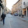<p> Khu phố mua sắm ở thị trấn Codogno, bắc Italia vắng bóng người hôm 21/2. Italia đóng cửa trường học, quán bar và các địa điểm công cộng ở 10 thị trấn miền bắc sau khi số ca nhiễm virus Covid-19 tăng mạnh. Hơn 50.000 người ở các thị trấn này từ ngày 21/2 được yêu cầu ở trong nhà, trong khi các hoạt động ngoài trời như lễ hội hóa trang, cầu nguyện ở nhà thờ và các sự kiện thể thao đã bị cấm trong một tuần. Tính đến thời điểm hiện tại, số ca nhiễm bệnh ở Italia tăng lên 79, trong đó có hai ca tử vong. Ảnh: <em>AP</em>.</p>