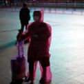 <p> Một hành khách ở Thượng Hải, Trung Quốc mặc áo mưa giấy và bọc vali bằng túi bóng để tránh nhiễm virus Covid-19 ở nơi đông người vào ngày 17/2. Thậm chí, có người ở Tứ Xuyên đặt mua đồ hóa trang thành hươu cao cổ để mặc khi ra chỗ đông người do không thể mua khẩu trang mới. Trong bối cảnh Trung Quốc rơi vào tình trạng thiếu nguồn cung khẩu trang, người dân phải tìm đủ cách để bảo vệ bản thân. Ảnh: <em>Reuters</em>.</p>