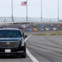 """<p> Tổng thống Donald Trump sử dụng siêu xe chống đạn The Beast dẫn đầu đoàn đua gồm 40 chiếc chạy một vòng đua danh dự quanh trường đua xe Daytona vào hôm 16/2. Đây là lần đầu tiên một tổng thống Mỹ sử dụng chiếc siêu xe được mệnh danh """"Quái thú"""" để khai mạc giải đua. Ảnh: <em>Reuters</em>.</p>"""