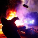 <p> Người dân Novi Sanzhary tại ukraine đốt lửa, ném đá vào xe cảnh sát hôm 20/2. Đây là một trong những chiếc xe chở hơn 70 người sơ tán từ Vũ Hán, Trung Quốc về nước, gồm 45 công dân Ukraine và 27 người nước ngoài, Tất cả hiện vẫn khỏe mạnh, Tổng thống Ukraine Volodymyr Zelensky cho biết. Ảnh: <em>Reuters</em>.</p>