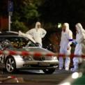 <p> Các chuyên gia pháp y làm việc tại hiện trường của vụ xả súng hàng loạt ở 2 quán rượu tại Hanau, Đức xảy ra vào ngày 19/2, làm 9 người thiệt mạng, 5 người bị thương. Giới công tố liên bang Đức nghi ngờ đây là vụ tấn công khủng bố. Nghi phạm được xác định tên là Tobias R., 43 tuổi, sống tại Hanau. Sau vụ xả sung, nghi phạm đã bắn chết mẹ mình trước khi nổ súng tự sát, cảnh sát cho biết. Ảnh: <em>Reuters</em>.</p>