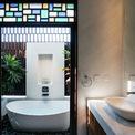 <p> Khu vực nhà tắm, bồn rửa mặt khá đẹp mắt.</p>