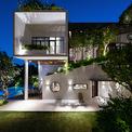 <p> Nhà trở nên lung linh, huyền ảo dưới ánh đèn. Các thiết kế đều làm thỏa mãn nhu cầu của vợ và chồng, đảm bảo mỗi lần về nhà, họ sẽ thấy thoải mái hơn ở bất kỳ khách sạn hay khu nghỉ dưỡng nào.</p>
