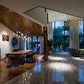 <p> Khu vực ăn uống và nhà bếp phù hợp với phong cách và nhu cầu của chủ sở hữu. Cả hai đều có thể nhìn được ra vườn. Vật liệu trong bếp là loại dễ làm sạch và bảo trì. Bộ bàn ăn phù hợp với việc dùng gỗ cho trần và sàn nhà.</p>