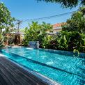 <p> Bên ngoài là một bể bơi dài được thiết kế với khung cảnh khá lãng mạn, đẹp mắt y như đang ở resort.</p>