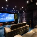<p> Phòng xem phim được lắp đặt các thiết bị công nghệ cao, với vật liệu cách âm kết hợp với các bức tường nhung tạo ra trải nghiệm điện ảnh cao nhất.</p>