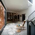 <p> Không gian mở trong ngôi nhà với nội thất chủ yếu bằng gỗ màu trầm.</p>