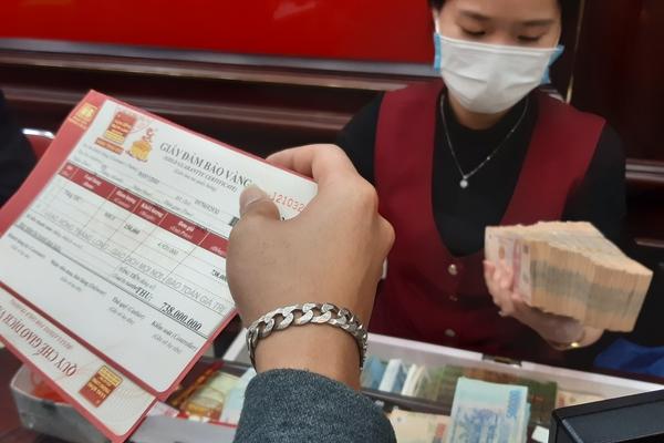 'Phố vàng' Hà Nội nhộn nhịp khi giá đạt đỉnh 49,7 triệu đồng/lượng, không ít người mua vào
